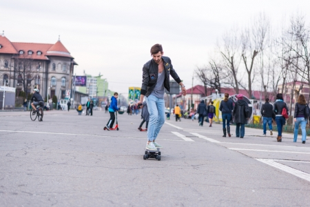 4 avantaje pe care ti le ofera un skateboard electric